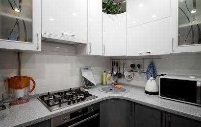 Кухня СУ671 Акрил глянец Белый металик/ Акрил глянец Сталь