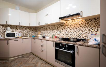 Кухня КА921 Верх - Сливки глянец/ Низ - Акрил-5 + Пенал Какао глянец
